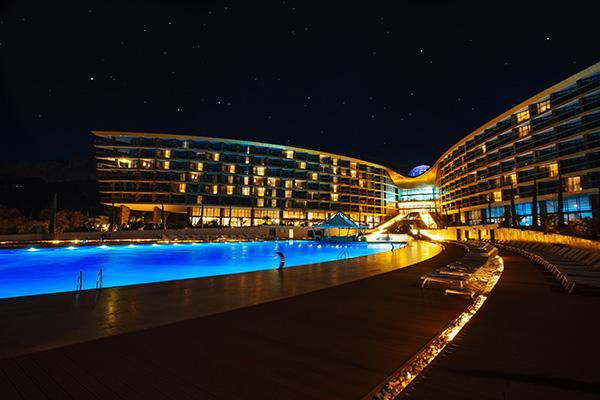 Ночной вид открытого бассейна