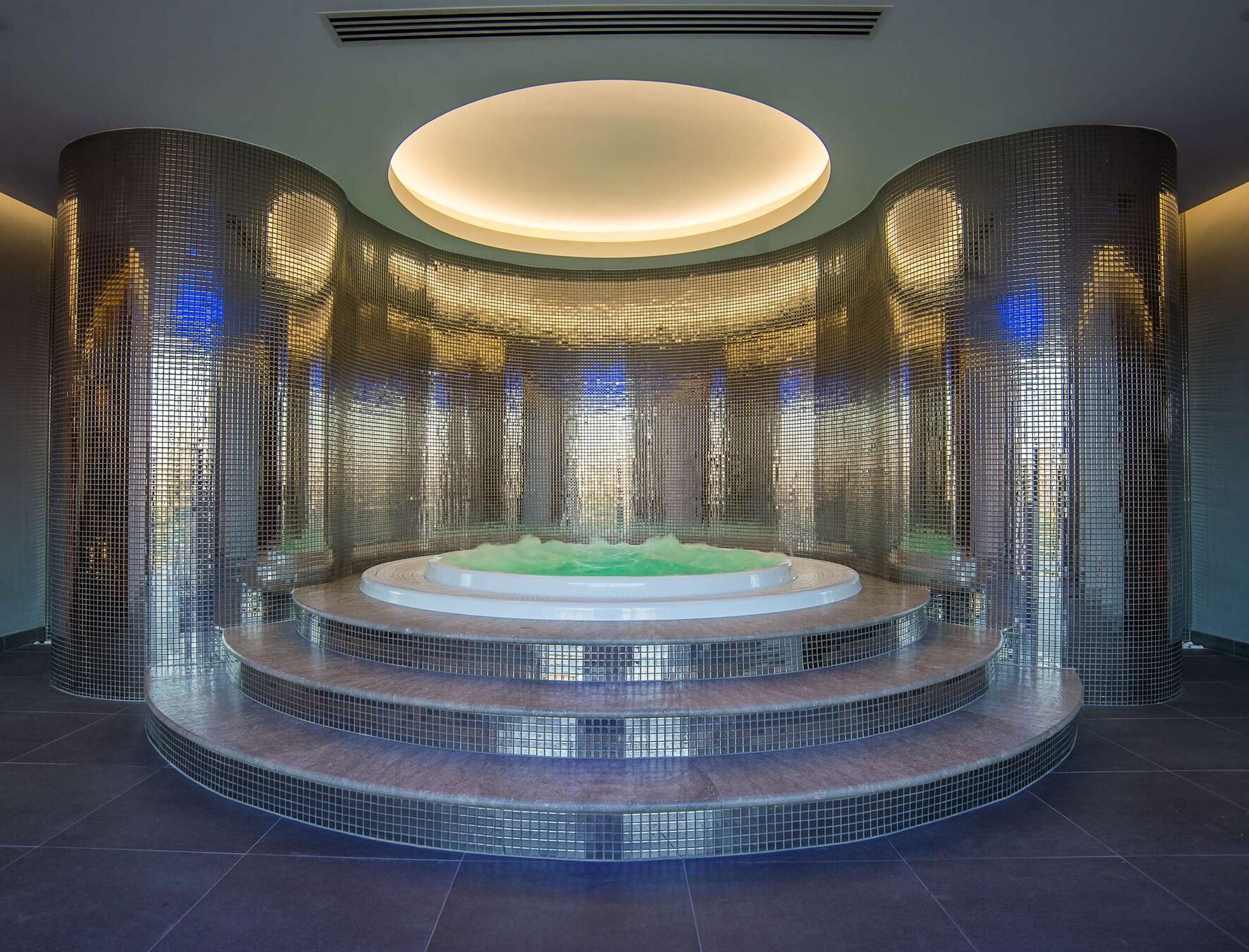 Гидромассажная ванна в SPA салоне