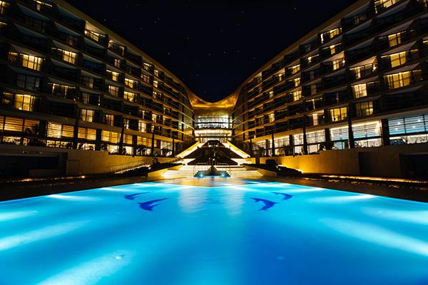 Ночной вид открытого бассейна и корпуса