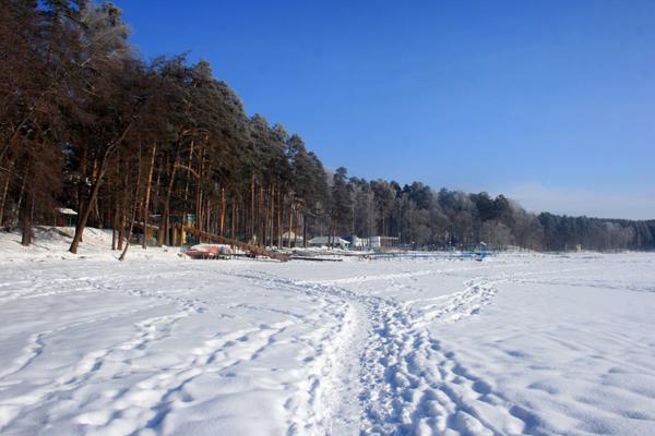 Озеро зимой. Ледяная горка