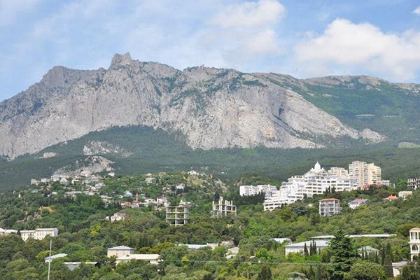 Вид на гору Ай-Петри и окрестности