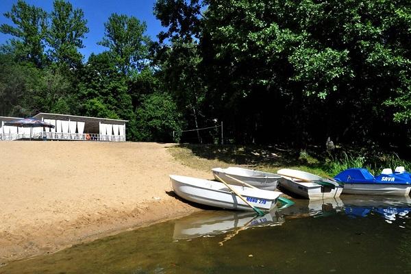 Песчаный пляж у воды