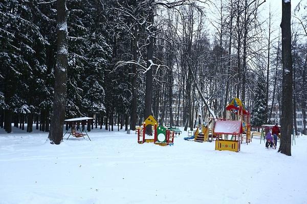 Зимой на детской площадке