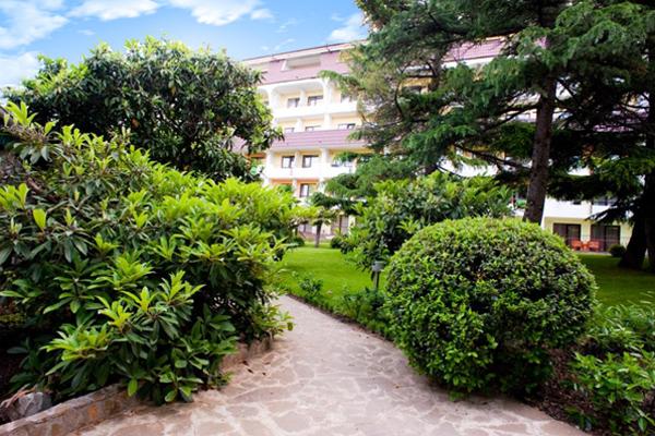 Внешний вид корпуса отель со стороны парка