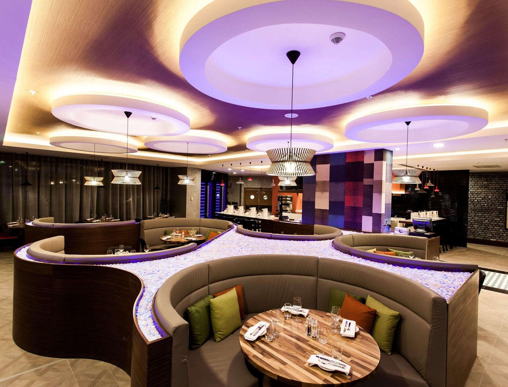 Ресторан Flini ночью