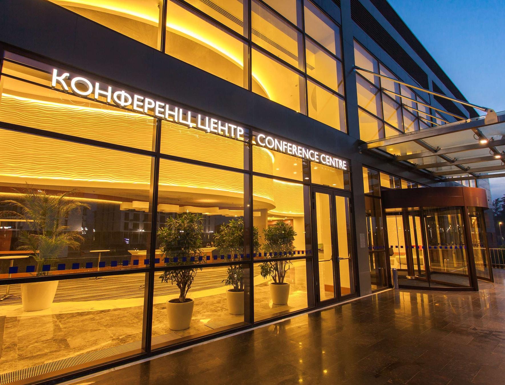 Вход в конференц-центр