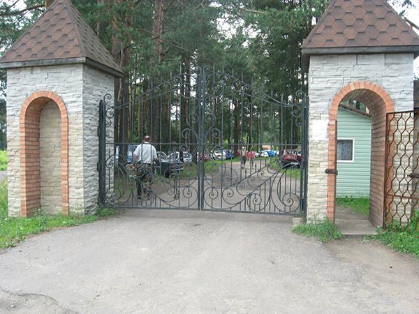 Ворота на территории санатория